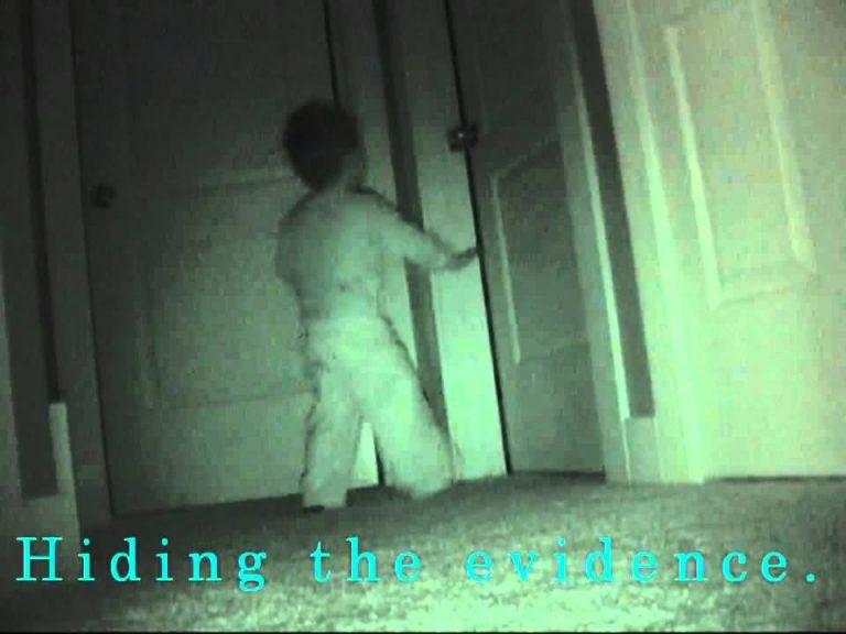 Подглядывает ночью видео моему